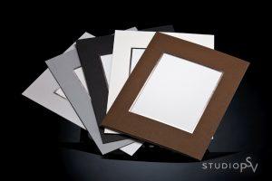 Pohjukkeiden värit 12x15 ja 14x18 cm kuville ovat platina (pieni kiilto), harmaa, musta, luonnonvalkoinen ja ruskea. Luonnollisesti voit valita itse, millaiset pohjukkeet kuviisi  laitamme.