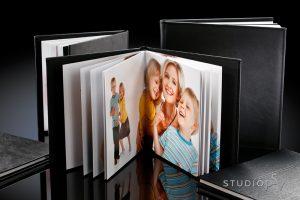 Alexandra-kuvakirja on aina uniikki - jokainen kirja on erilainen. Sitä saa  25x25 ja 30x30 cm koossa. Kansivaihtoehdot ovat kartonki, keinonahka ja nahka. Kestävä ja kaunis Alexandra-kuvakirja kokoaa tarinaksi vaikkapa hää- tai perhekuvanne. Kirja aukeaa kokonaan (180 astetta) ja sen sivut ovat aitoja valokuvia.