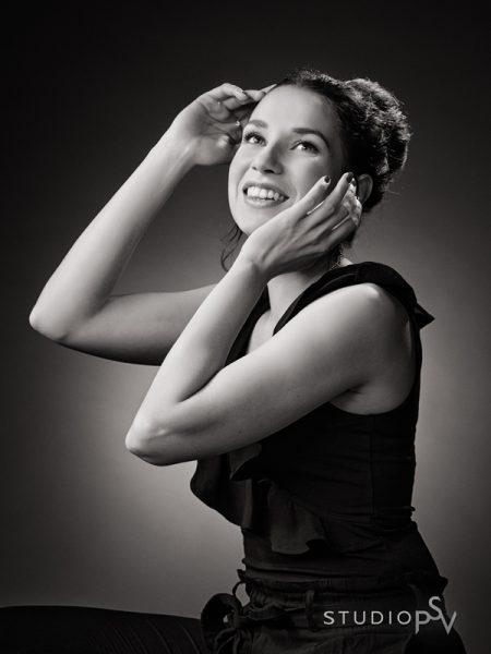Niinan beauty-kuvat toimivat hienosti myös mustavalkoisina. Valokuvaaja Reijo Koirikivi.