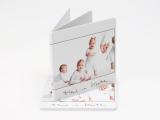 UUTTA! Söpö minikirja soveltuu loistavasti esimerkiksi lapsikuviin ja annettavaksi mummin ja kummin käsilaukkuun. Kirjan koko on 10x10 cm. Kirjaan mahtuu 7 kpl kuvia, jotka toistuvat laadukkaalla valokuvapaperilla hienosti. Minimitilaus 4 kpl.