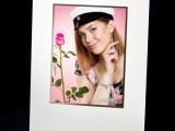 Kaikkiin 12x15 - 20x25 cm kuviin laitamme kehyspohjukkeen valintasi mukaan. Happovapaa pohjuke suojaa kuvaa ja pitää sen lasikehyksessä irti lasista. Kuvassa 12x15 cm kuva pohjukkeessaan.