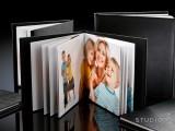 Kuten muutkin kuvakirjamme, myös Alexandra-kuvakirja on aina uniikki - jokainen kirja on erilainen. Sitä saa  25x25 ja 30x30 cm koossa. Kansivaihtoehdot ovat kartonki, keinonahka ja nahka. Kestävä ja kaunis Alexandra-kuvakirja kokoaa tarinaksi vaikkapa hää- tai perhekuvanne. Kirja aukeaa kokonaan (180 astetta) ja sen sivut ovat aitoja valokuvia.