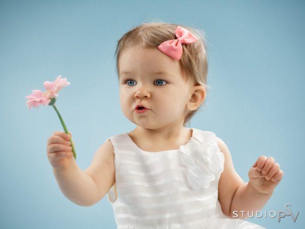 Kukka ja rusetti sävy sävyyn ja tyttö kuin nukke. Yksinkertainen on kaunista, myös lapsikuvauksessa.