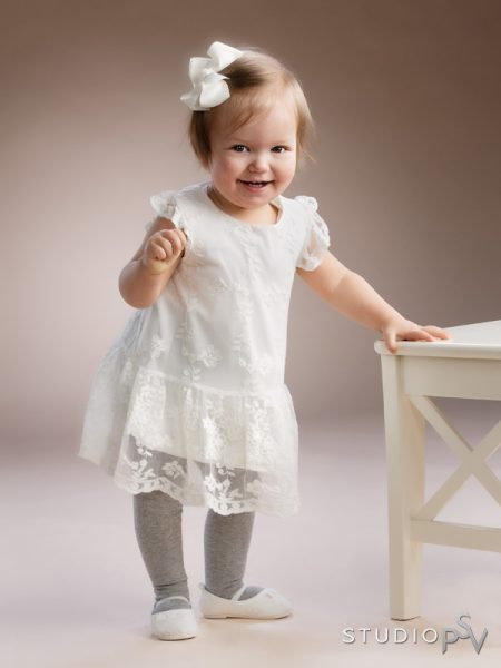 Oi kuinka suloinen pikku-neiti pitsimekossaan. Lapsikuvauksessa on tärkeää, että lapsen on helppo olla ja liikkua vaatteissaan.