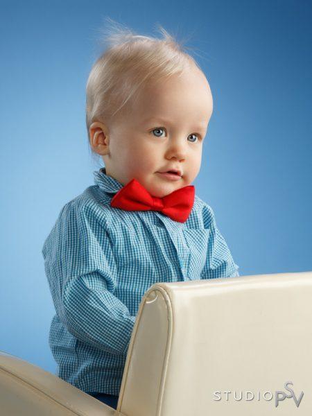 Aina ei lapsikuvassakaan tarvitse hymyillä. Tässä kuvassa tulee esiin pienen miehen herkkää pohdiskelua.