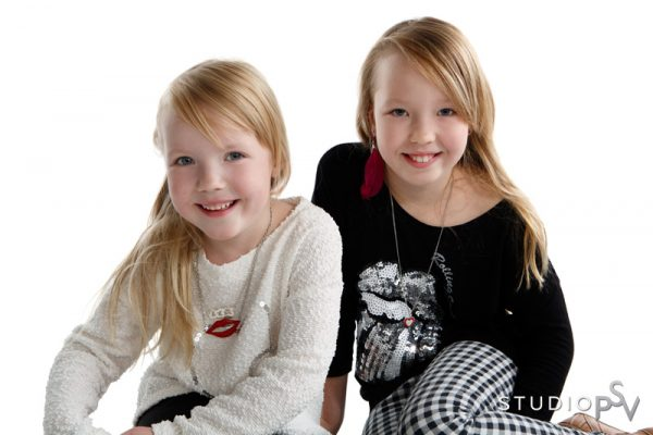 Pikkusisko ja isosisko. Isommatkin lapset viihtyvät PSV:n lapsikuvauksessa.