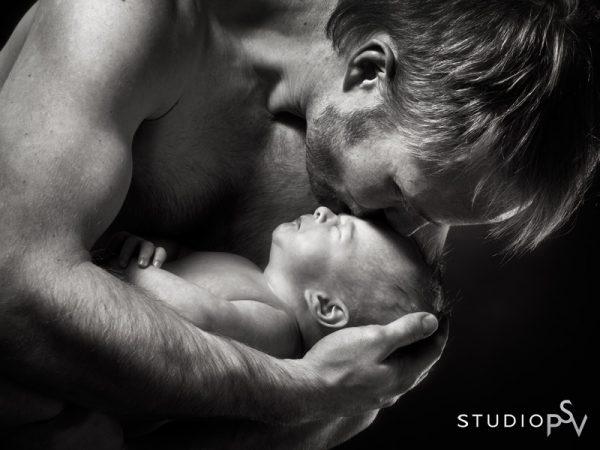 Pienen vauvan turvallisin paikka on vanhemman sylissä. Newborn-kuvaus onnistuu, kun vauva on vähintään 2 – 3 viikon ikäinen.