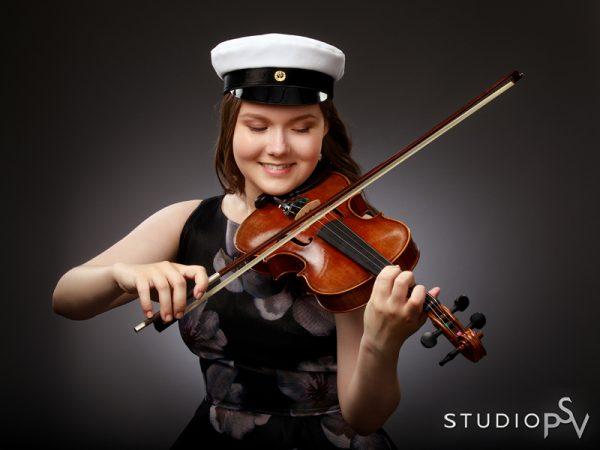 Voit ottaa ylioppilaskuvaukseen mukaan myös harrastusvälineesi. Valokuvaaja Noora Slotte, Studio P.S.V.