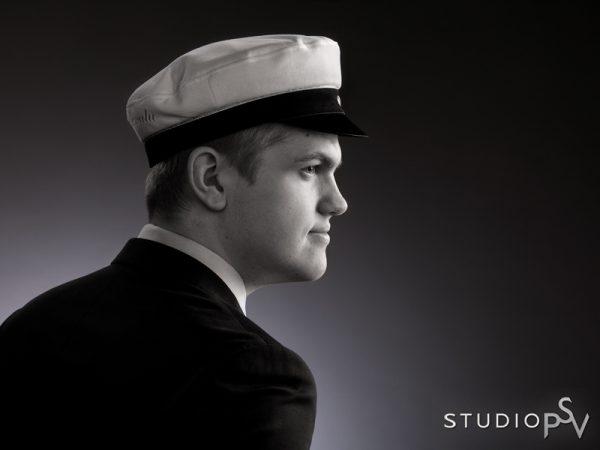 Mustavalkoinen on ajaton ja tyylikäs vaihtoehto myös ylioppilaskuvissa. Valokuvaaja Reijo Koirikivi, Studio P.S.V.