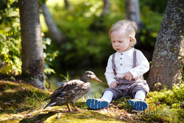 Näinkin hauskasti voi sattua lasten puistokuvauksessa. Varaa oma kuvausaikasi heti 22.8., sillä aikoja on rajoitetusti.