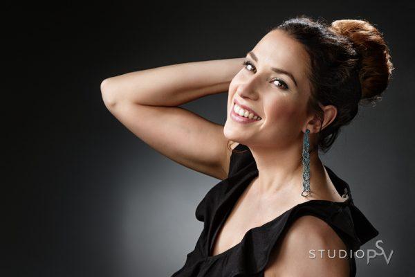 Niina nautti joka hetkestä omassa Beauty Day -kokemuksessaan. Ammattilaisen tekemä meikki ja stailaus antavat lisää itseluottamusta olla kameran edessä. Valokuvaaja Reijo Koirikivi.