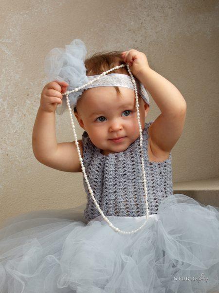 Meillä Studio P.S.V:ssä lapsikuvaus etenee aina lapsen ehdoilla. Valokuvaaja Noora Slotte.