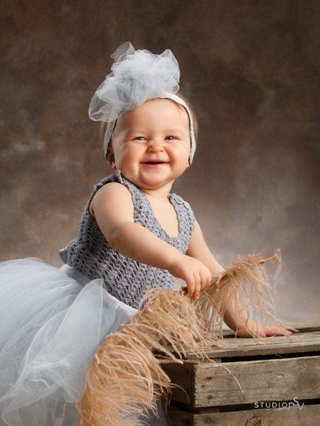 Alma sai leikkiä kuvauksen aikana muun muassa isolla höyhenellä. Valokuvaaja Noora Slotte.
