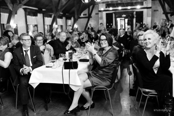 Ammattivalokuvaaja saa talteen juhlan tunnelman. Iloisessa meiningissä oli mukana myös Oulun kaupunginjohtaja Päivi Laajala. Valokuvaaja Noora Slotte, Studio P.S.V.