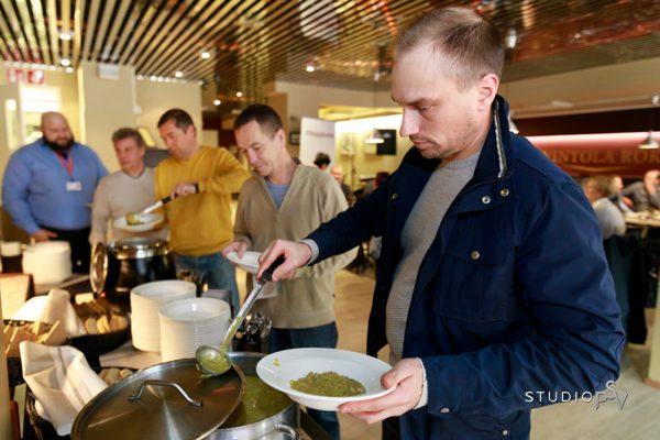Harjannostajaisten perinneruoka hernerokka maistui myös Pihlajalinnan juhlassa. Valokuvaaja Niko Raappana, Studio P.S.V.