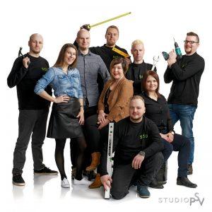Oululainen Sisu Interior tarjoaa kokonaisvaltaista toimitilojen muutospalvelua yrityksille. Lopputuloksesta tulee paras mahdollinen, kun sekä suunnittelu että toteutus tulevat samasta talosta. Sisustussuunnittelija Suvi Salmenkaita istuu kuvassa keskellä. Valokuvaaja Reijo Koirikivi, Studio P.S.V.