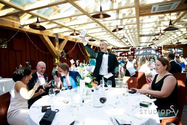 Tämä pöytäseurue suorastaan riihaantui ja riemu näkyy myös kuvissa. Valokuvaaja Noora Slotte, Studio P.S.V.