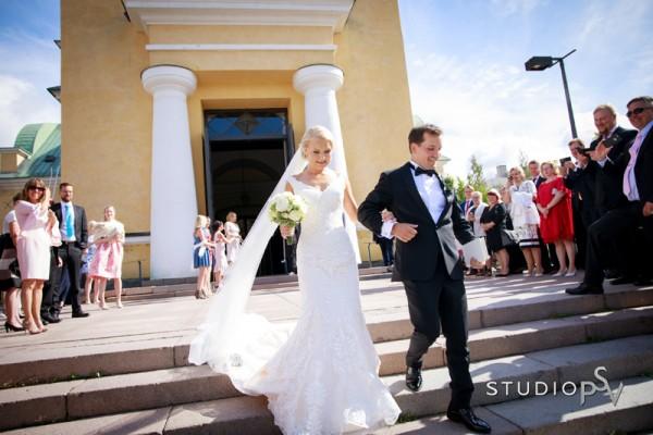 Tuore aviopari ja ihana kesäpäivä. Valokuvaaja Noora Slotte, Studio P.S.V.