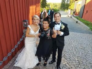 Ammattivalokuvaaja VAT Noora Slotte Eveliina ja Niko Määtän dokumentaarista hääkuvausta tekemässä kesällä 2018. Noora ja muu Studio P.S.V:n väki toivottaa sinutkin tervetulleeksi hauskaan ja taitavaan hääkuvaukseen!