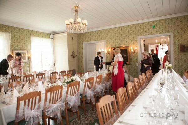 Upea Maikkulan kartanon päärakennus sopi hienosti Helin ja Teron häiden romanttiseen tyyliin. Kuva Noora Slotte, Studio P.S.V.