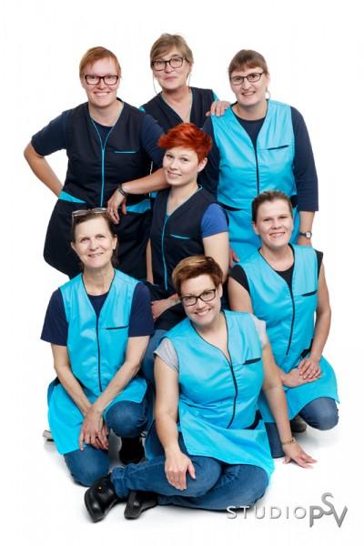 """""""Reijo on ihan taikuri"""", Annukka Kääriäinen kertoo kokemuksista, kun valokuvaajamestari Reijo Koirikivi kuvasi Pro-Kaks Kotityöpalveluiden henkilökunnan ryhmäkuvan. Keikkalaiset mukaan lukien yrityksessä työskentelee toistakymmentä työntekijää ja koko yritysryppäässä kolmisenkymmentä. Valokuvaaja Reijo Koirikivi, Studio P.S.V."""